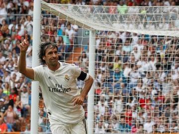 Raúl González celebra un gol