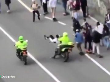Pánico y violencia en Bogotá en el día mundial del patinete: dos policías atropellan deliberadamente a unos skaters