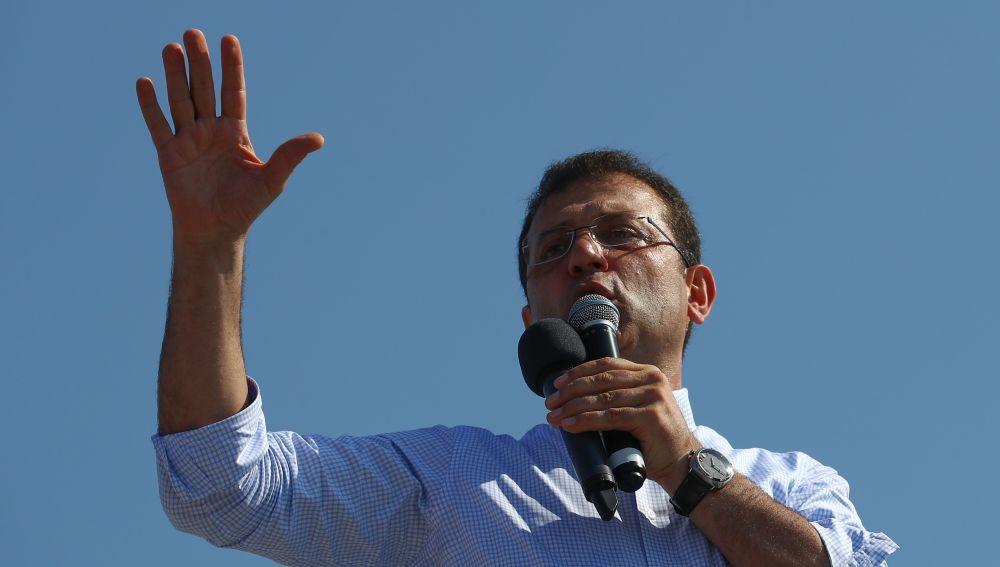 El candidato del Partido Popular Republicano CHP para el alcalde de Estambul, Ekrem Imamoglu, habla durante su campaña electoral en Estambul, Turquía.
