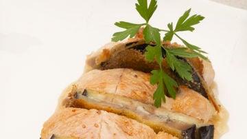 Solomillo de pavo con montaditos de berenjena y queso