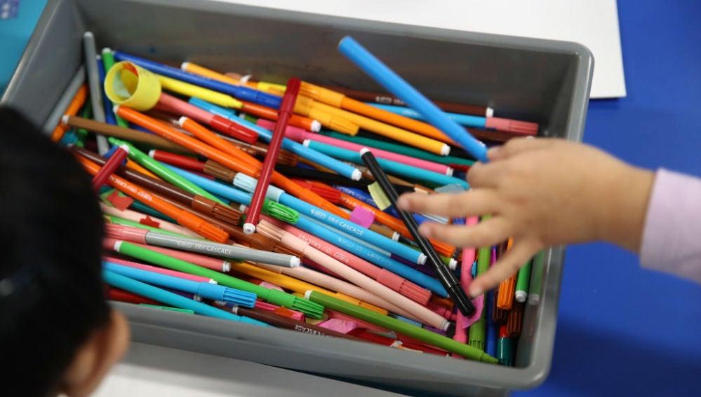 Niños pintando en un colegio