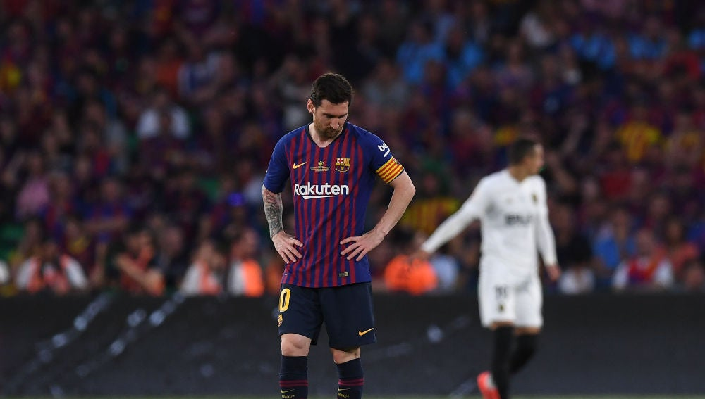 Leo Messi mira al suelo durante la final de Copa del Rey