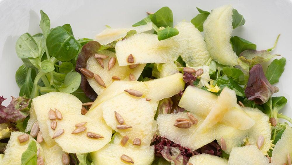 Ensalada de lechugas variadas, manzana y pipas