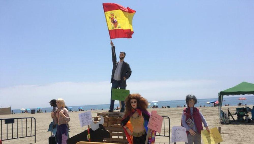 Quema de un muñeco de Santiago Abascal en una playa de Estepona
