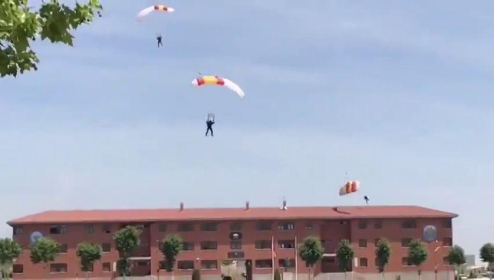 Escalofriante caída de un paracaidista durante una exhibición