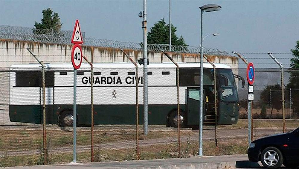 """Los presos del """"procés"""" salen de Valdemoro y dormirán en Zuera (Zaragoza)"""
