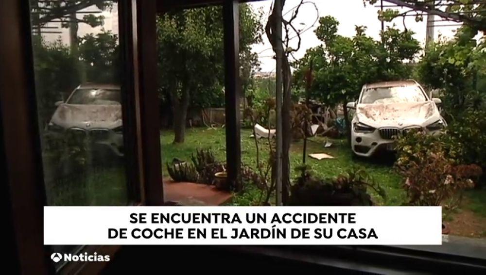 Un coche aterriza en un jardín al sufrir un accidente en A Coruña