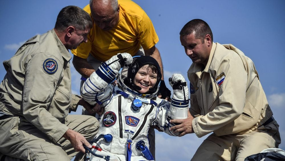 La astronauta estadounidense Anne McClain recibe ayuda para salir de la Soyuz