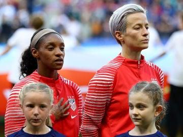 Megan Rapinoe, durante el momento de los himnos en el partido contra España