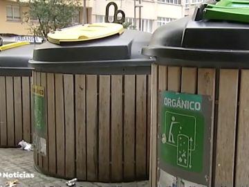 Embadurnan en aceite a un vecino de A Coruña para sacarle del contenedor de basura donde estaba atrapado