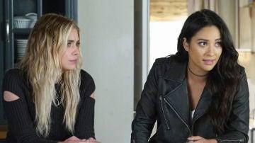 Hanna y Emily en 'Pretty Little Liars'