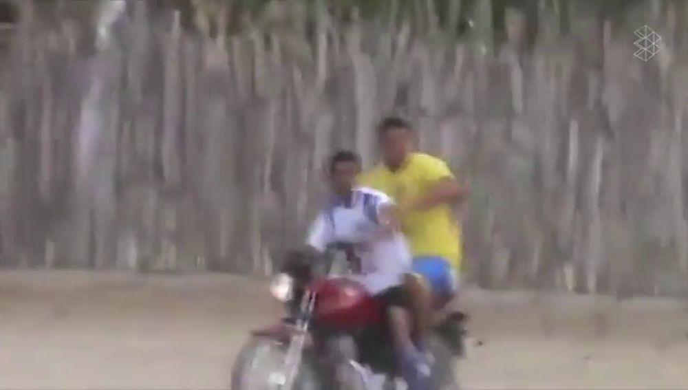 Lo nunca visto: un portero sube a rematar un córner... ¡y vuelve a su portería montado en moto!