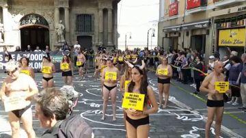 Un grupo de activistas se concentran semidesnudos en Pamplona para pedir la abolición de la tauromaquia