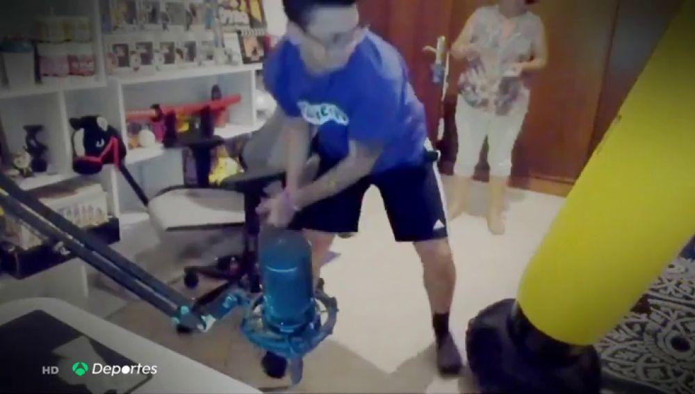Un conocido youtuber español, apunto de agredir a su madre en pleno directo