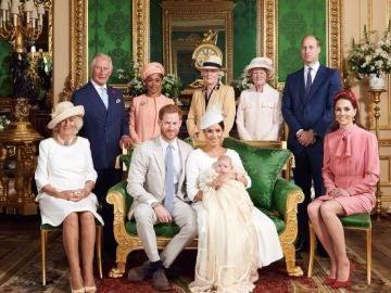 Foto de la familia real británica en el bautizo de Archie, el hijo de los duques de Sussex.