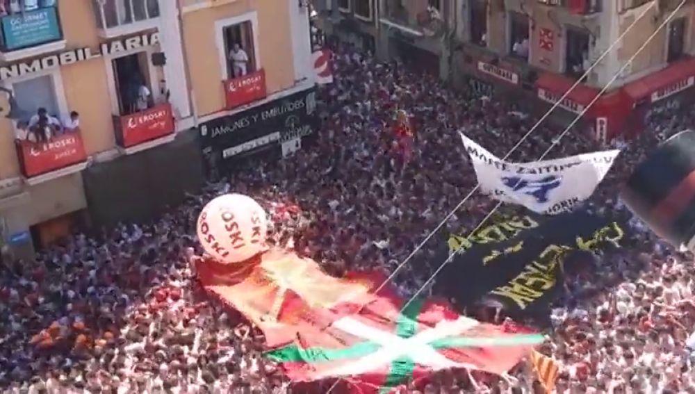 Ukurriñas y pancartas por los presos de ETA en el chupinazo de San Fermín
