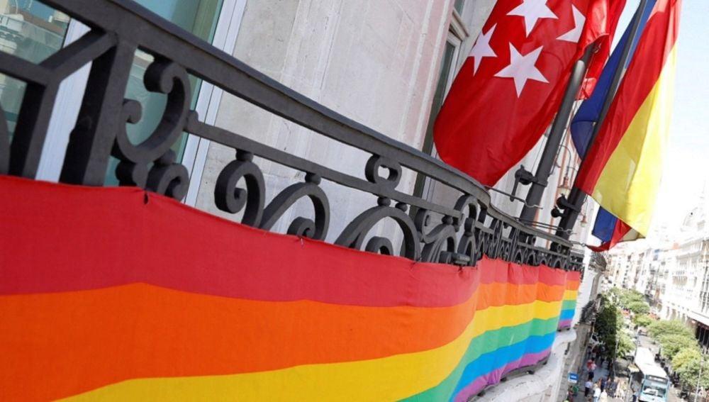Balcón con bandera del Orgullo LGTBI en Madrid