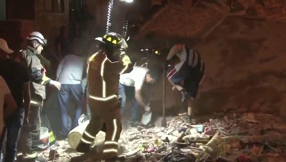 Mueren tres personas por el derrumbe de un edificio en Colombia