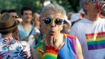 Un hombre celebrando el Orgullo LGTBI