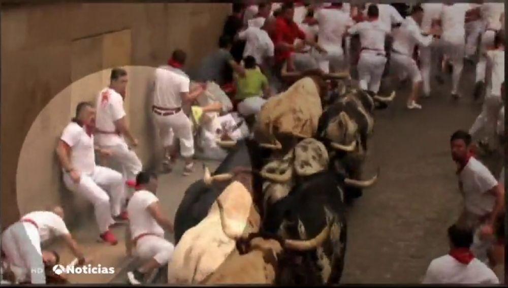 Las cámaras de Antena 3 Noticias captan a corredores de San Fermín grabando desde dentro de los encierros