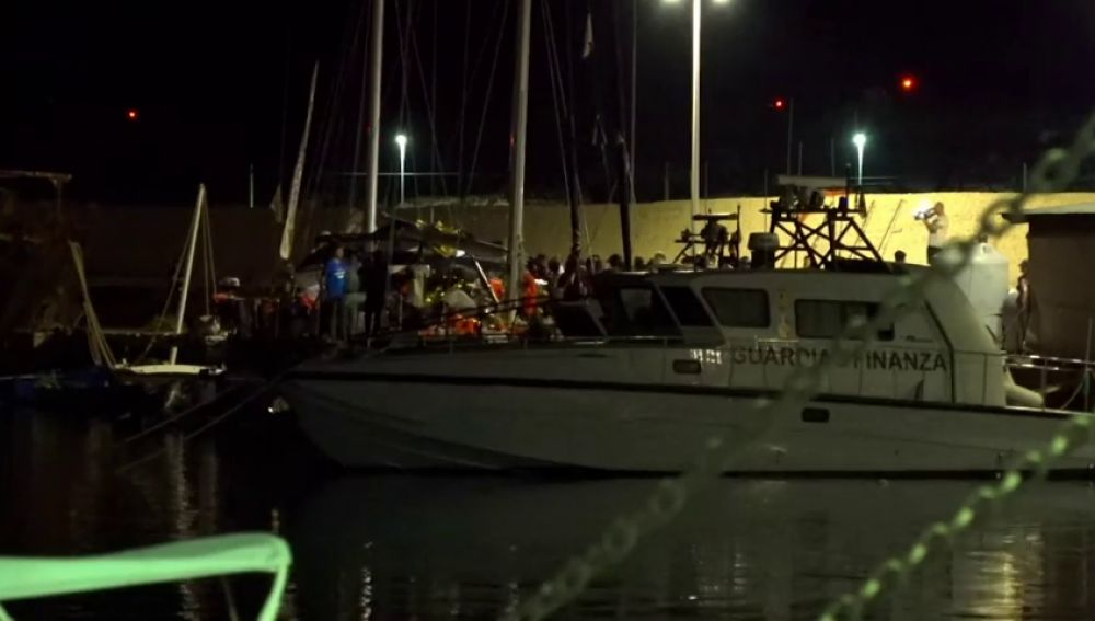 Un barco con más de 40 inmigrantes a bordo atraca en la isla de Lampedusa desafiando las órdenes de Salvini