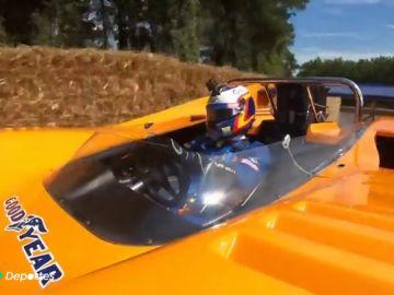 Carlos Sainz Jr. pilota el mítico M8D, el coche en el que se mató Bruce Mclaren