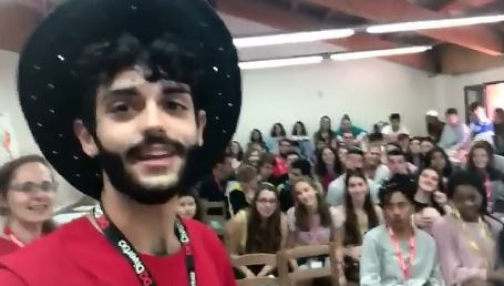 Profesor confesando a sus alumnos que es español
