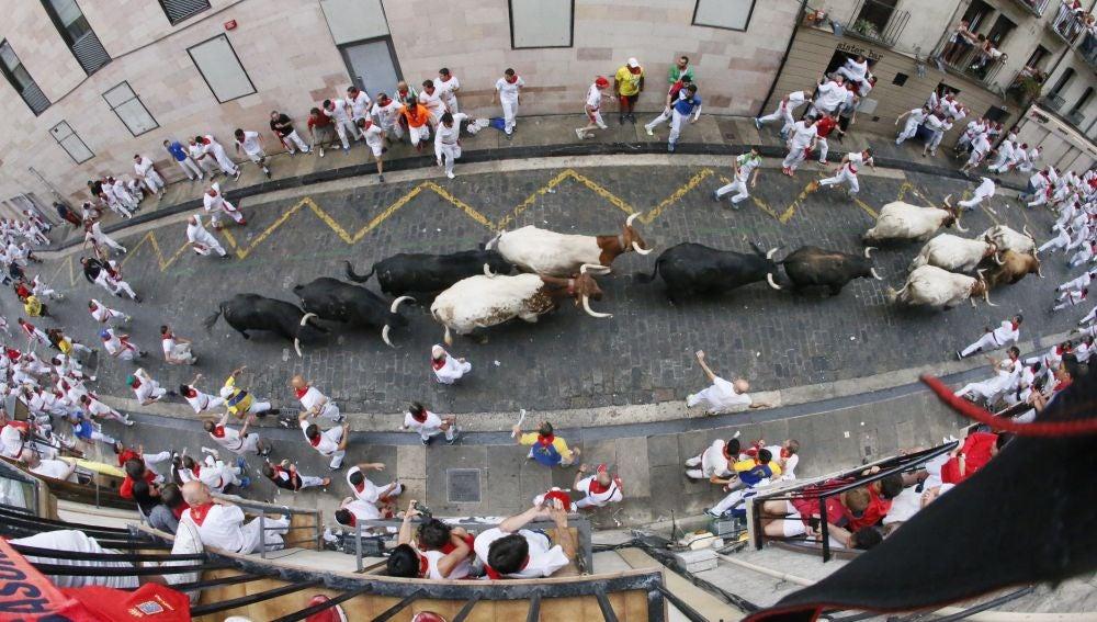 Primer encierro de San Fermín, rápido y emocionante con un herido por asta