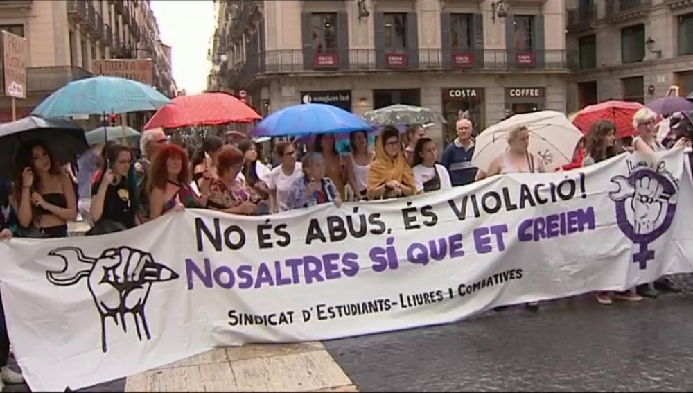 Miles de personas se concentran en apoyo a la víctima de 'La Manada' de Manresa