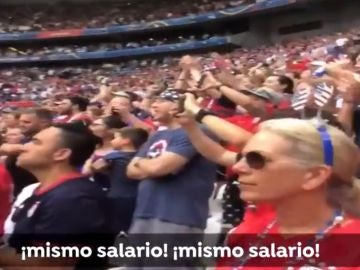 """La afición gritando """"mismo salario"""" durante la final del Mundial de fútbol femenino"""