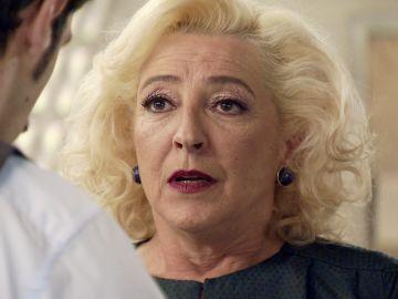 Carlos exige a su madre que declare que las pruebas contra Ana son falsas
