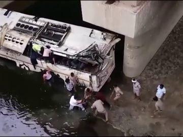 29 muertos y 23 heridos tras caer un autobús a un canal en la India