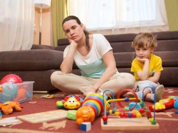 Madre y niño aburridos