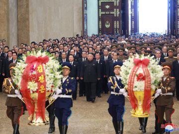 Kim Jong-un honra a su abuelo en el 25 aniversario de su muert