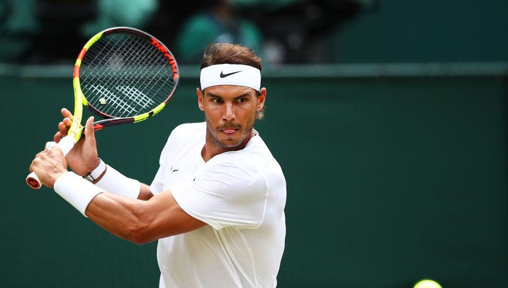 Nadal ejecuta un revés en un partido de Wimbledon