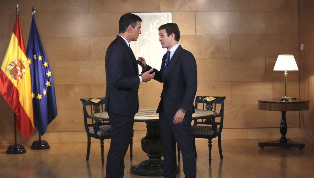 El presidente del Gobierno en funciones, Pedro Sánchez, conversa con el líder del PP, Pablo Casado