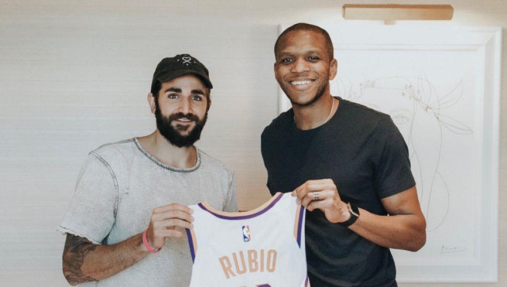 Ricky Rubio posa con la camiseta de su nuevo equipo, Phoenix Suns