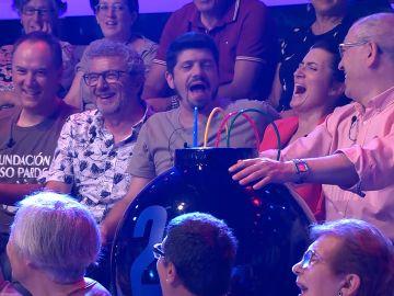 La divertida llamada de Juanra Bonet que interrumpe la participación de 'Los Lobos' en '¡Ahora caigo!'