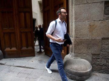 Agentes de la Guardia Civil salen del Palau de la Generalitat