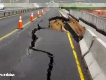 El hundimiento de la calzada en la autovía Santander-Madrid obliga a cortar la carretera