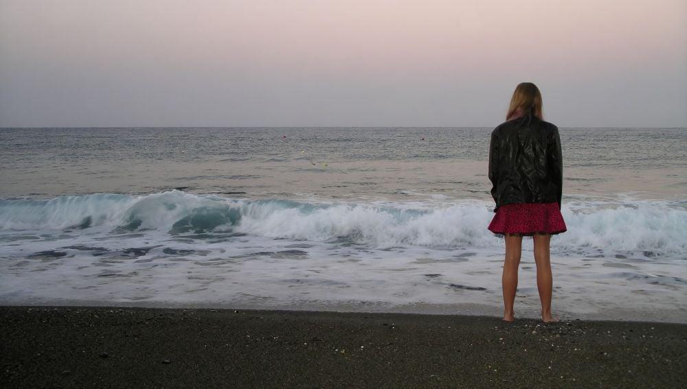 Una mujer sola en la playa