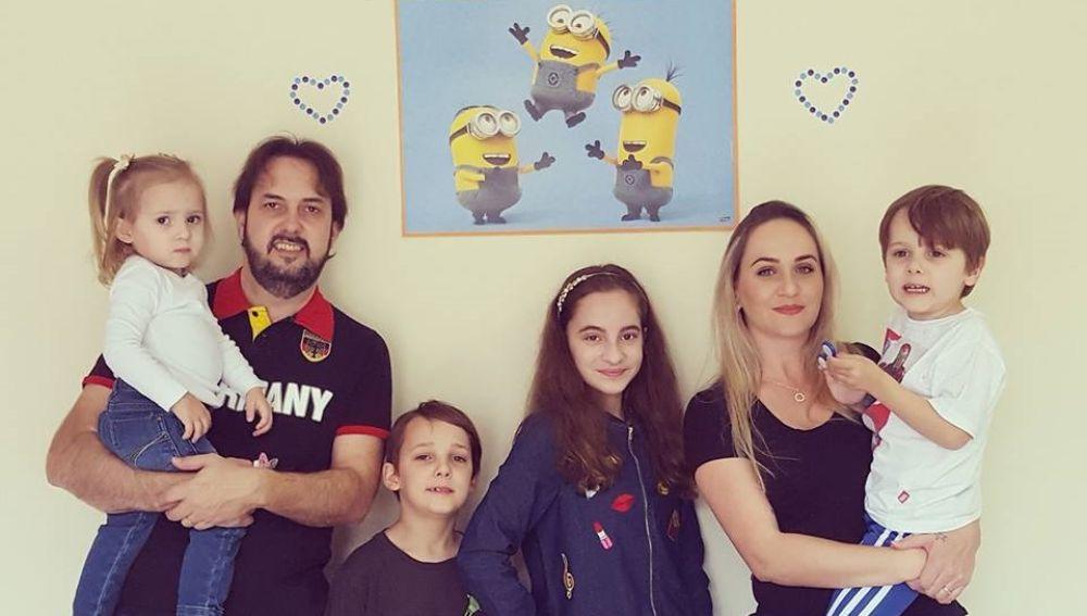 Rafael, el menor con autismo, y su familia en su quinto cumpleaños