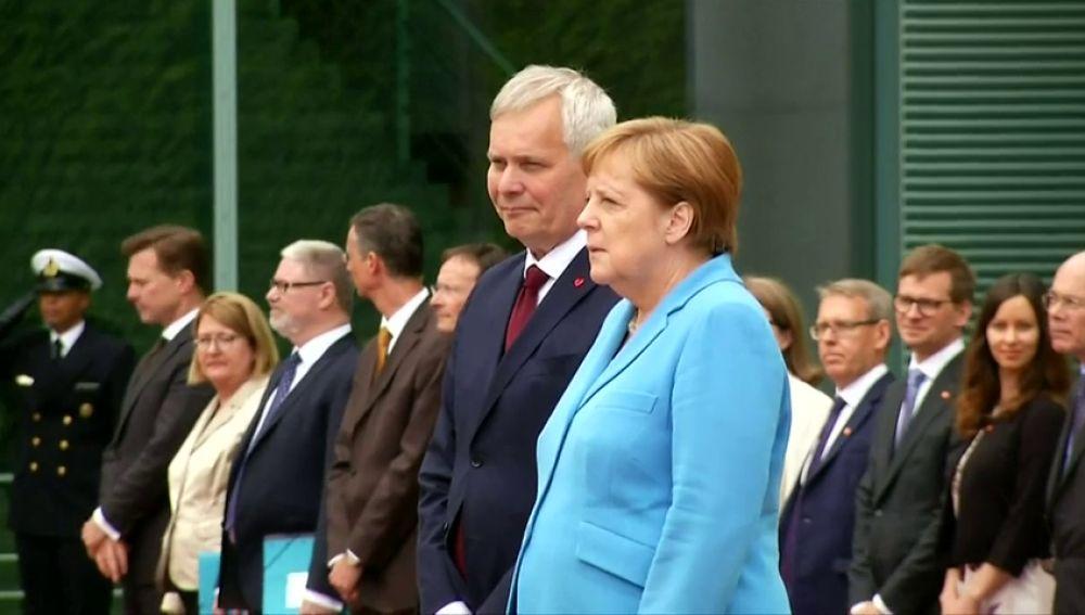 Tercer episodio de temblores de Angela Merkel en un acto público