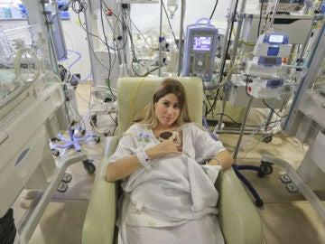 Lola con uno de los trillizos en el Hospital Quirónsalud Málaga