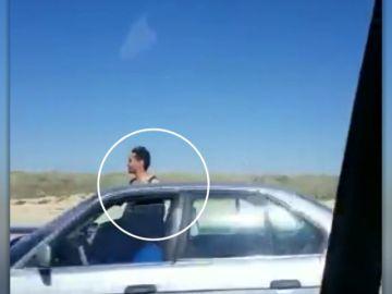 Graban a un copiloto con medio cuerpo fuera mientras circulaba en Soria