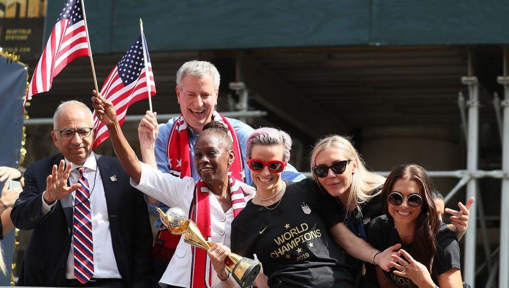 La selección femenina de los Estados Unidos celebra el Mundial de fútbol conseguido