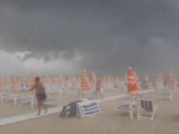 Sillas por los aires y bañistas a la carrera: así ha sido la fuerte tormenta en Italia