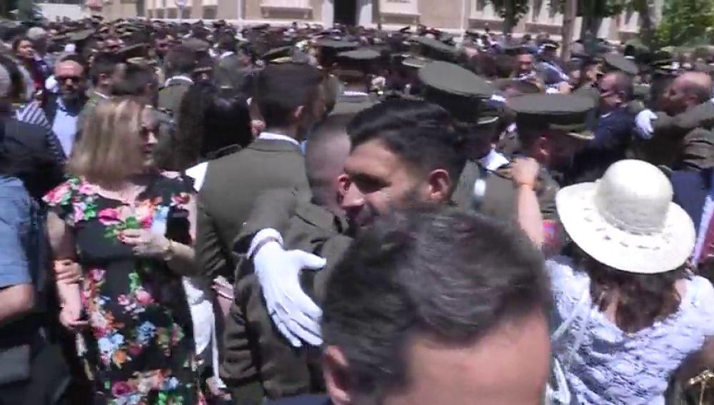 Pide la mano a su novia en la entrega de despachos a los nuevos oficiales del Ejército