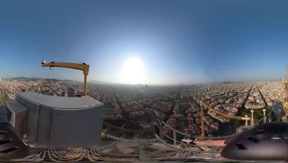 Retiran una de las cuatro gúas de la Sagrada Familia de Barcelona