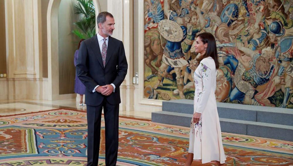 El rey Felipe VI y la reina Letizia durante la audiencia este lunes en el Palacio de La Zarzuela